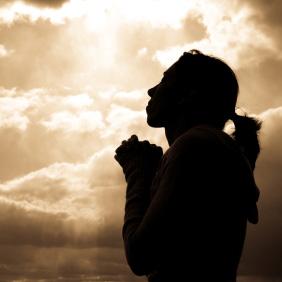 woman-praying-silhoutte-168fe02ec159dbda85f31317c4972b91